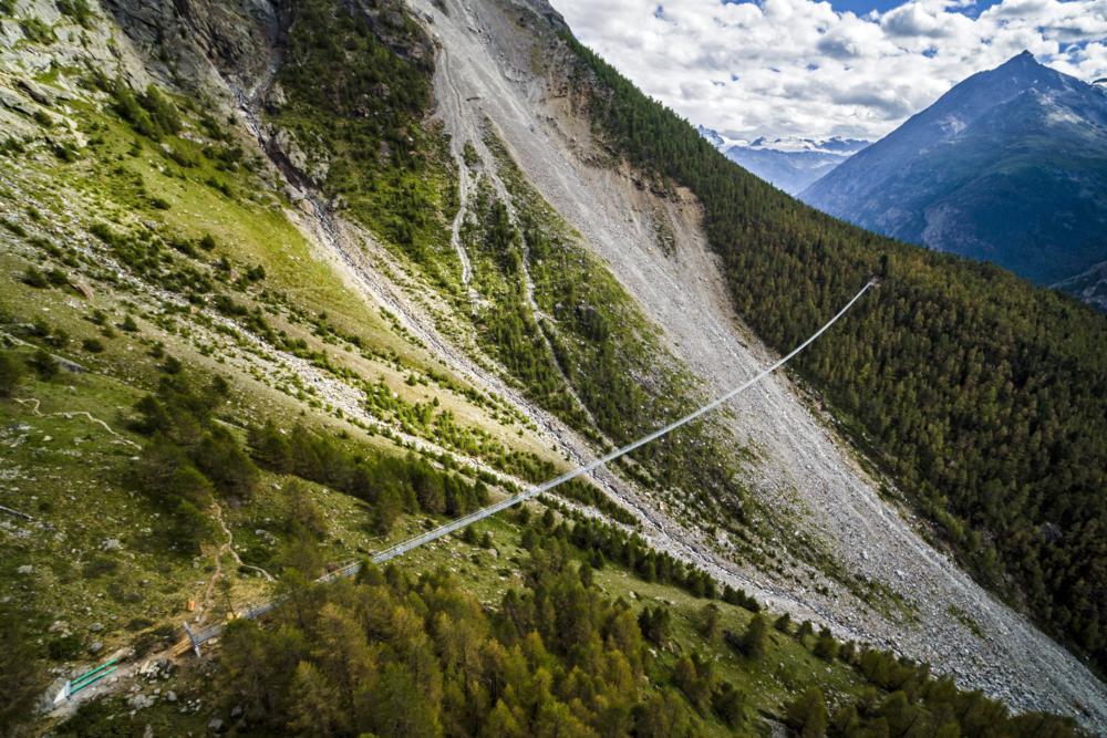 Randa, 2017. július 29. Drónnal készített felvételen az Európa híd, a világ leghosszabb gyalogos függõhídja a svájci Randában az avatása elõtti napon, 2017. július 28-án. A 494 méteres híd Zermatt és Grächen falvakat köti össze az Európa nevû turistaúton. (MTI/EPA/Valentin Flauraud)