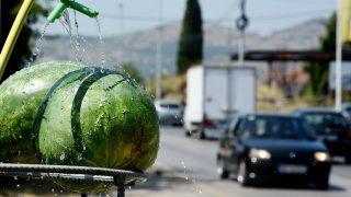 Podgorica, 2017. július 12. Vízzel locsolják a görögdinnyét egy utcai árus standján Podgoricában, ahol 40 Celsius-fokos hõség tombol 2017. július 12-én. (MTI/EPA/Boris Pejovic)