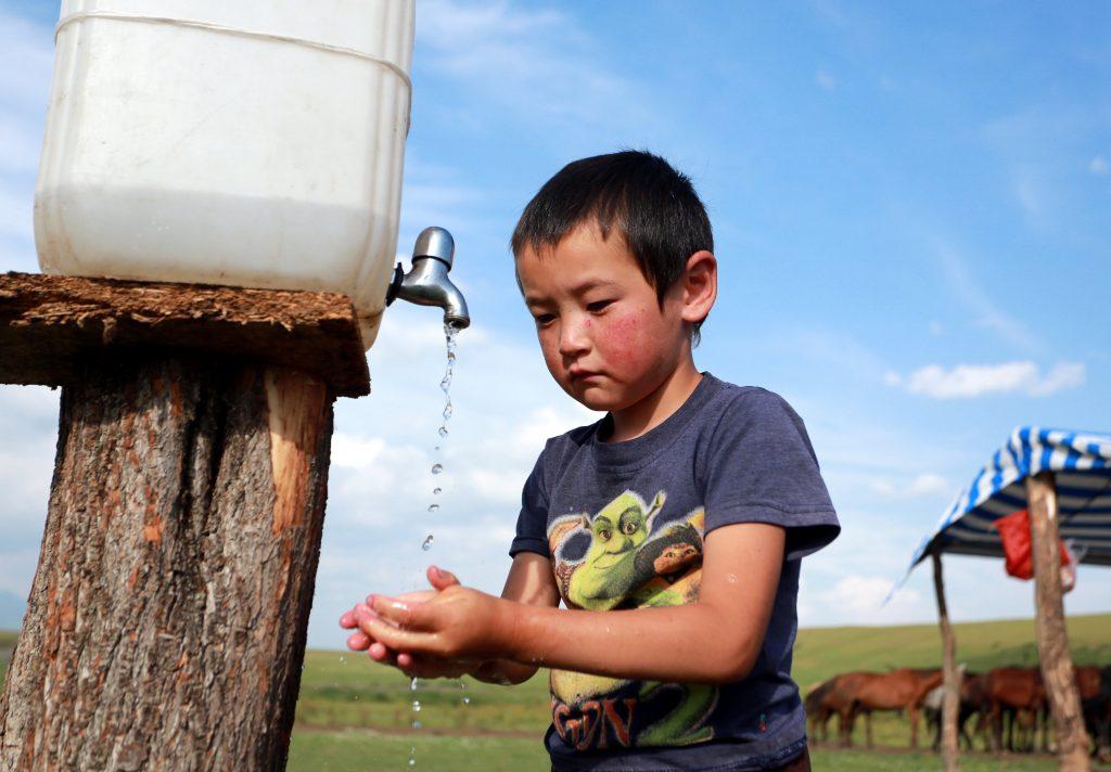 Biskek, 2017. július 13. Egy kirgiz kisfiú kezet mos a kirgiz fõvárostól, Biskektõl 250 km-re délre, a 3000 méter tengerszint feletti magasságban fekvõ Szuszamir-völgyben lévõ nomád táborban 2017. július 11-én. (MTI/EPA/Igor Kovalenko)