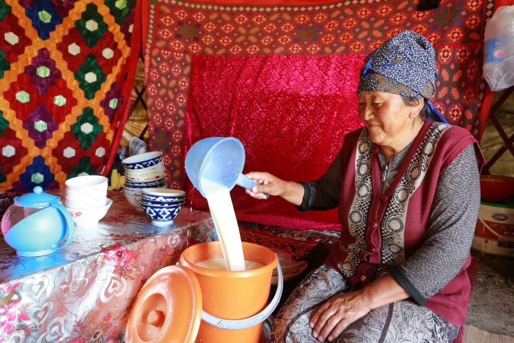 Biskek, 2017. július 13. Egy kirgiz asszony frissen erjesztett kancatejet, kumiszt önt egy vödörbe a kirgiz fõvárostól, Biskektõl 250 km-re délre, a 3000 méter tengerszint feletti magasságban fekvõ Szuszamir-völgyben lévõ nomád táborban 2017. július 11-én. (MTI/EPA/Igor Kovalenko)