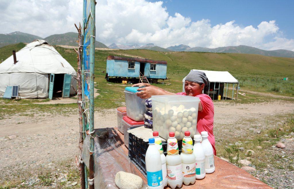 Biskek, 2017. július 13. Kirgizisztáni nomád asszony frissen erjesztett kancatejet, kumiszt árul a kirgiz fõvárostól, Biskektõl 250 km-re délre, a 3000 méter tengerszint feletti magasságban fekvõ Szuszamir-völgyben lévõ nomád táborban 2017. július 11-én. (MTI/EPA/Igor Kovalenko)