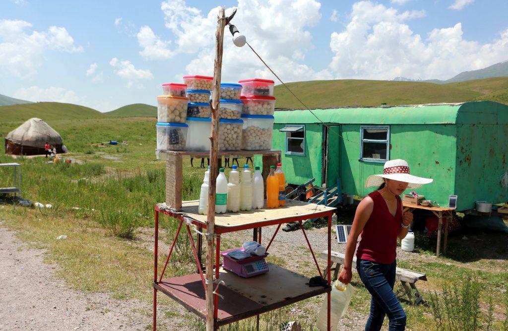 Biskek, 2017. július 13. Egy kirgiz nõ üres mûanyagkannákat visz a kirgiz fõvárostól, Biskektõl 250 km-re délre, a 3000 méter tengerszint feletti magasságban fekvõ Szuszamir-völgyben lévõ nomád táborban 2017. július 11-én. (MTI/EPA/Igor Kovalenko)