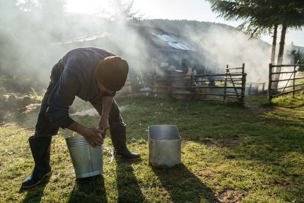 Csobotfalva, 2017. július 10.  Caia Péter pásztor mossa a tejes vödröket az esztenán, a hegyi szálláson az erdélyi Csíkszeredához tartozó Csobotfalva közelében 2017. július 6-án. A csíksomlyói juhtartó gazdák áprilisban összegyûjtik az állataikat és azokat pásztorokra bízzák, akik egész nyáron a hegyi legelõkön tartják és gondozzák a juhokat. MTI Fotó: Veres Nándor