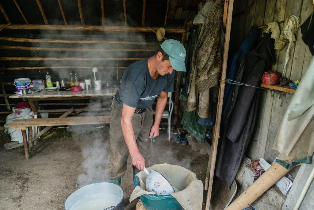 Csobotfalva, 2017. július 10.  Campean Gelu sajtkésztõ pásztor az összegyûjtött sajttejet egy üstben fõzi fel, hogy az abból kicsapódó ordát elkészítse az erdélyi Csíkszeredához tartozó Csobotfalva közelében 2017. július 6-án. A csíksomlyói juhtartó gazdák áprilisban összegyûjtik az állataikat és azokat pásztorokra bízzák, akik egész nyáron a hegyi legelõkön tartják és gondozzák a juhokat. MTI Fotó: Veres Nándor