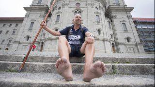 Einsiedeln, 2017. augusztus 19. Aldo Berti német mezítlábas távgyalogló, miután megérkezett a svájci Einsiedelnbe 2017. augusztus 19-én. Berti teljesítményével új világcsúcsot állított fel, 86 nap alatt tette meg a németországi Rügen és az Einsiedeln közötti 2120 kilométert. (MTI/EPA/Urs Flüeler)