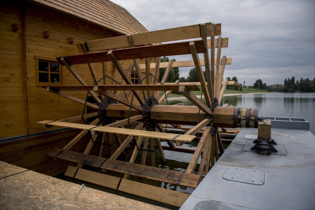 Baja, 2017. szeptember 22. A rövidesen elkészülõ bajai hajómalom vízkereke a Sugovicán Bajánál 2017. szeptember 22-én. A hajómalom faborításához a bajai erdõgazdaságból kapott vörös fûzfát használták fel. A felépítmény fenyõbõl készült, míg az alsó részek borításához a zalai dombokról származó, magas gyantatartalmú, víztaszító vörös fenyõt használtak. MTI Fotó: Sóki Tamás
