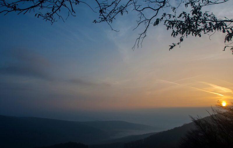 Pilisszentkereszt, 2014. november 2. Õszi párás napfelkelte a 700 méter magas Dobogókõn. MTVA/Bizományosi: Faludi Imre  *************************** Kedves Felhasználó! Az Ön által most kiválasztott fénykép nem képezi az MTI fotókiadásának, valamint az MTVA fotóarchívumának szerves részét. A kép tartalmáért és a szövegért a fotó készítõje vállalja a felelõsséget.