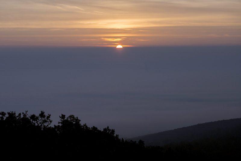 Pilisborosjenõ, 2015. október 25. Napfelkelte a ködbe burkolózott Pilis felett Pilisborosjenõ közelében a Nagy-Kevélyen készült felvételen 2015. október 25-én reggel. MTI Fotó: Mohai Balázs