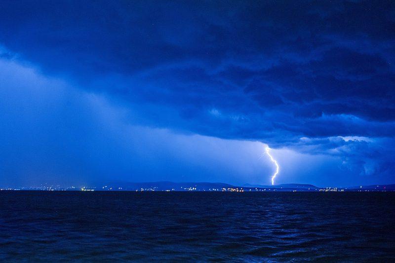 Balatonlelle, 2017. július 12. Villámlás a viharban Köveskálnál, Balatonlellérõl fotózva 2017. július 11-én. MTI Fotó: Lakatos Péter