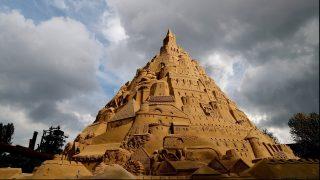 Duisburg, 2017. augusztus 31. A világ legmagasabb homokvárának kikiáltott alkotás Duisburgban 2017. augusztus 31-én. A 3500 tonna homok felhasználásával épült homokvár elkészítéséhez három hétre volt szüksége az alkotóknak. A Guinness Világrekordok Könyve által elvégzett hivatalos mérésre szeptember 1-jén kerül sor. Az építõk szerint a homokvár 15,5 méteres, míg a jelenlegi hivatalos magasságrekord 14,82 méter. (MTI/EPA/Friedemann Vogel)