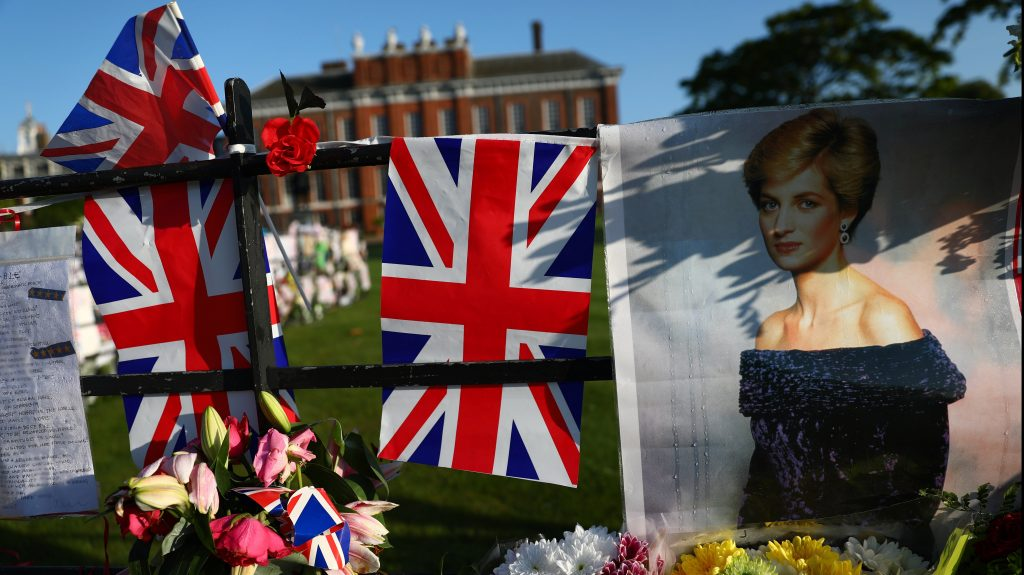 London, 2017. szeptember 1. Diana néhai walesi hercegnõ portréja brit zászlók mellett a brit uralkodócsalád londoni rezidenciája, a Kensington-palota kerítésénél rögtönzött emlékhelyen 2017. szeptember 1-jén. Diana hercegnõ és párja, Dodi al-Fayed egyiptomi üzletember 20 éve, 1997. augusztus 31-én vesztette életét egy autóbalesetben Párizsban. (MTI/EPA/Neil Hall)
