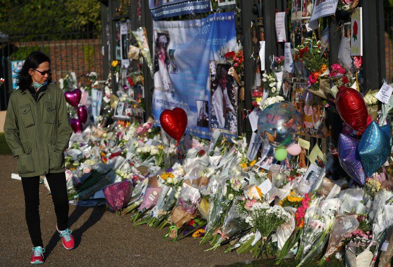 London, 2017. szeptember 1. Diana néhai walesi hercegnõ tiszteletére elhelyezett csokrokat néz egy nõ a brit uralkodócsalád londoni rezidenciája, a Kensington-palota kerítésénél rögtönzött emlékhelyen 2017. szeptember 1-jén. Diana hercegnõ és párja, Dodi al-Fayed egyiptomi üzletember 20 éve, 1997. augusztus 31-én vesztette életét egy autóbalesetben Párizsban. (MTI/EPA/Neil Hall)