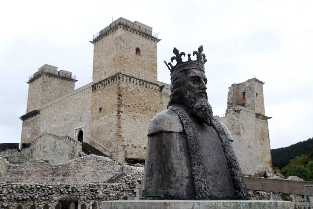 Miskolc, 2017. szeptember 3. Nagy Lajos király mellszobra a diósgyõri vár elõtt Miskolcon 2017. szeptember 3-án. Hamarosan megkezdõdik a vár rekonstrukciójának második és harmadik üteme. MTI Fotó: Vajda János