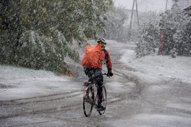 Budapest, 2012. október 29. Egy kerékpáros a hóesésben a XVII. kerületi Kõhúr utcában 2012. október 29-én. MTI Fotó: Földi Imre