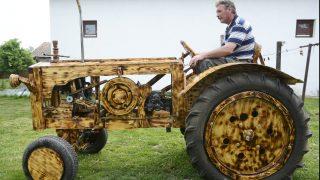 Tiszaörs, 2015. május 5. Puskás István ül fából készített traktorján Tiszaörsön 2015. május 5-én. A férfi, aki motorkerékpárt és autót is készített már fából, ezúttal traktort és ekét készített hajópadlóból négy hónap alatt. Az abroncsok, a lámpák és a motor kivételével a kétszáz köbcentis fûkaszamotorral hajtott traktor minden eleme fából készült. MTI Fotó: Mészáros János