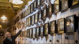 Kunszállás, 2017. október 28. Hatvani Béla átállítja az órák mutatóit a Hatvani család gyûjteményének helyet adó Órák Házában Kunszálláson 2017. október 28-án. Október 29-én megkezdõdik a téli idõszámítás, az órákat hajnalban 3 óráról 2 órára kell visszaállítani. MTI Fotó: Ujvári Sándor