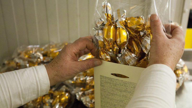 Keszthely, 2017. október 10. Karamellás szaloncukrot csomagolnak a keszthelyi Lissé Édességgyár Kft. üzemében 2017. október 10-én. Az augusztus 20-án indult és november végéig tartó szezonban nyolcféle szaloncukrot gyártanak. MTI Fotó: Varga György