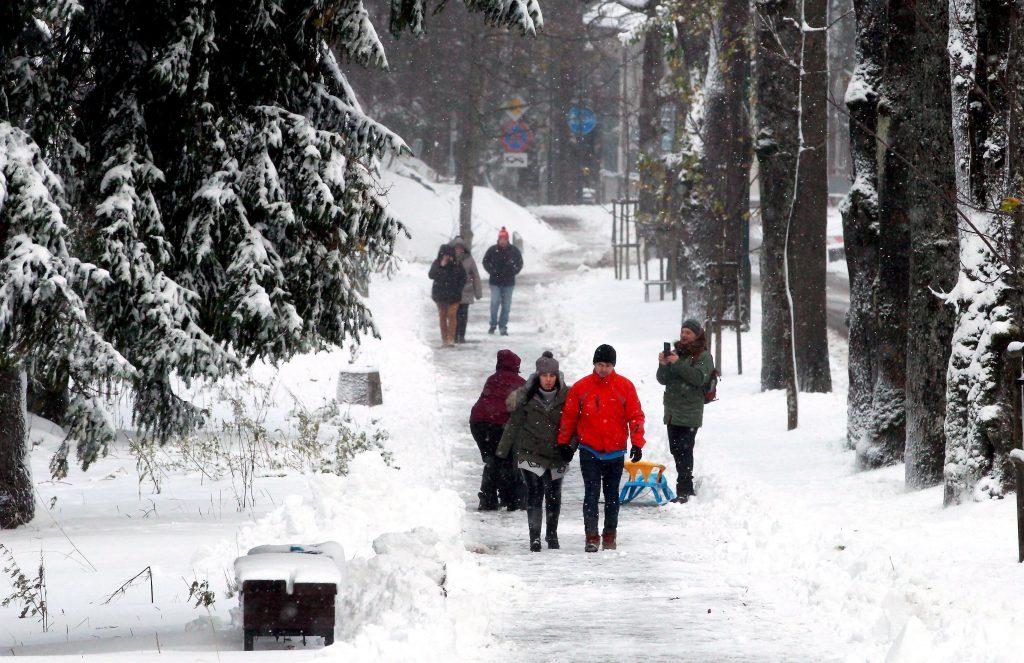 Zakopane, 2017. október 30.  Gyalogosok egy friss hóval övezett úton a lengyelországi Magas-Tátrában levõ Zakopane síüdülõben 2017. október 30-án. (MTI/EPA/Grzegorz Momot)