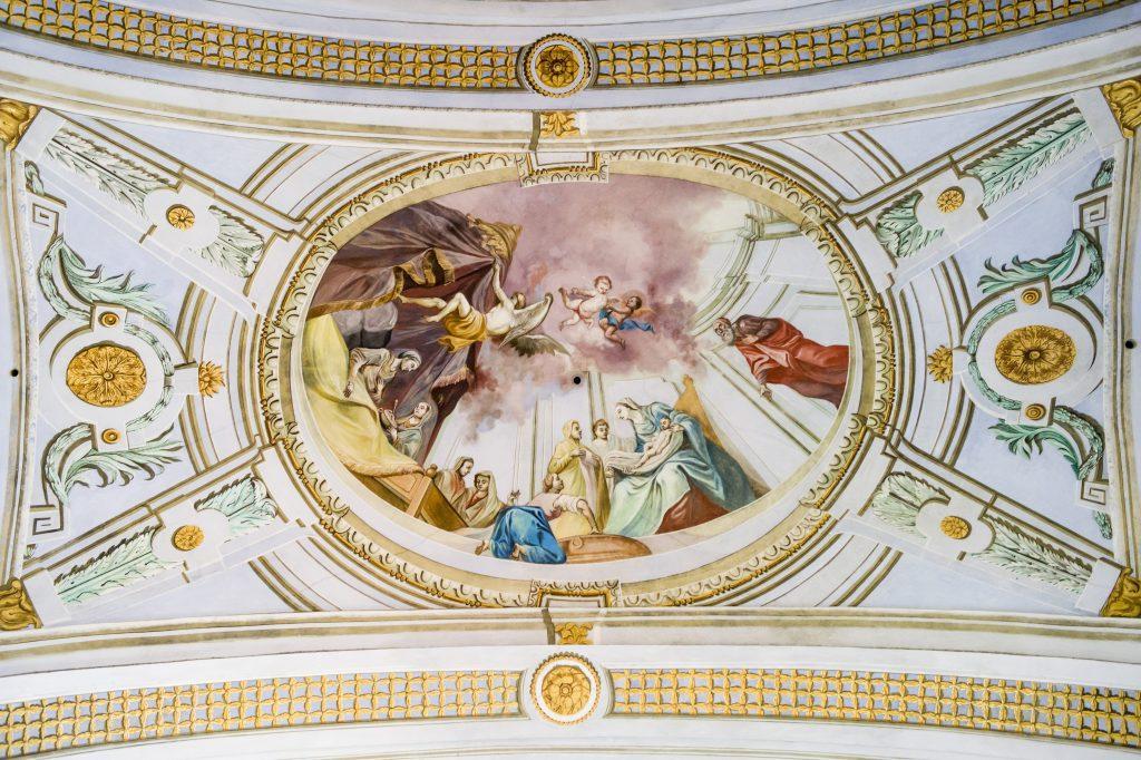 Krasznahorkaváralja, 2017. október 3. Mennyezeti freskók a felújítás alatt álló Mária mennybemenetele-kápolnában, a krasznahorkai várban 2017. október 3-án. A középkorban Krasznahorkaváralján épült vár 2012. március 10-én égett le. A tervek szerint a mûemléket 2020-ban  nyitják meg a nyilvánosság számára. MTI Fotó: Komka Péter