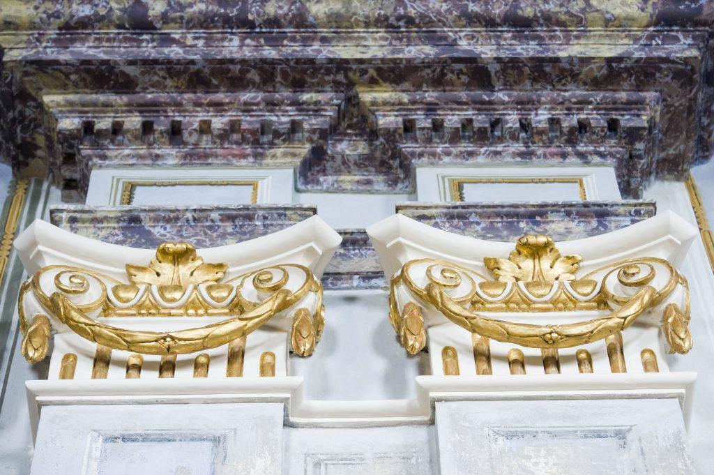 Krasznahorkaváralja, 2017. október 3. Aranyozott díszítés a felújítás alatt álló Mária mennybemenetele-kápolnában, a krasznahorkai várban 2017. október 3-án. A középkorban Krasznahorkaváralján épült vár 2012. március 10-én égett le. A tervek szerint a mûemléket 2020-ban  nyitják meg a nyilvánosság számára. MTI Fotó: Komka Péter