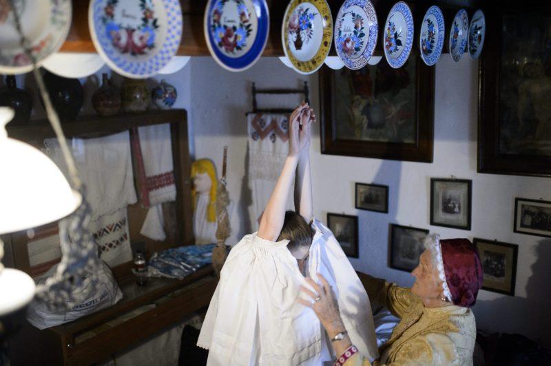 Szihalom, 2014. június 7.. Dobre Ágnest, a szihalmi hagyományõrzõ parasztlakodalom menyasszonyát népviseletbe öltöztetik 2014. június 7-én. MTI Fotó: Komka Péter