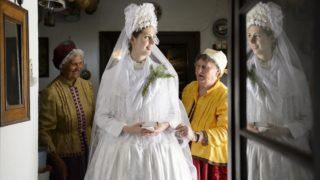 Szihalom, 2014. június 7. Dobre Ágnest, a szihalmi hagyományõrzõ parasztlakodalom menyasszonyát népviseletbe öltöztetik 2014. június 7-én. MTI Fotó: Komka Péter