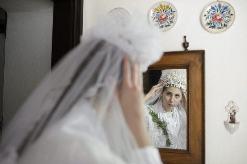 Szihalom, 2014. június 7. Dobre Ágnes, a szihalmi hagyományõrzõ parasztlakodalom menyasszonya helyi népviseletben 2014. június 7-én. MTI Fotó: Komka Péter