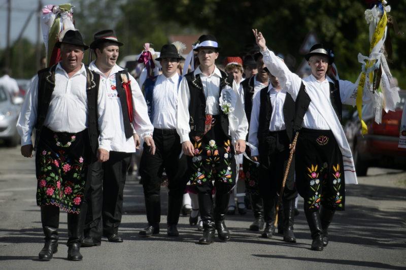 Szihalom, 2014. június 7. Népviseletbe öltözött férfiak a szihalmi hagyományõrzõ parasztlakodalmon 2014. június 7-én. MTI Fotó: Komka Péter