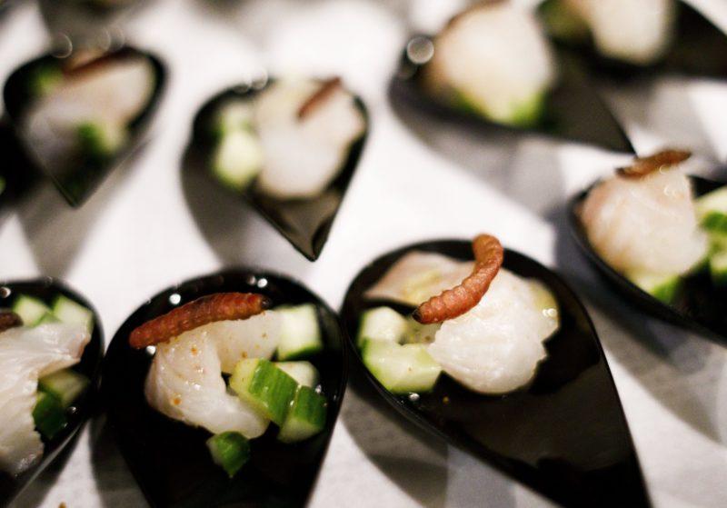 New York, 2017. november 15. Agávékukaccal felszolgált halfalatok Joseph Yoon dél-koreai-amerikai szakács Brooklyn Kitchen nevû New York-i éttermében 2017. november 13-án. Az elõkelõ étteremben Yoon látványos ételekkel kedveskedik vendégeinek, akik kedvükre válogathatnak skorpió és különféle rovarok, mint például lódarazsak, lisztbogár lárvák, tücskök és szöcskék felhasználásával készült fogások közt. A kulináris élményt kínáló séf a rendhagyó alapanyag-választást a személyes alkotói szenvedélyen túl az emberi rovarfogyasztás hosszú távú ökológiai elõnyeivel indokolja. (MTI/EPA/Justin Lane)
