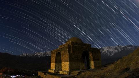 File d'etoiles et geminides au - dessus de Niasar - Startrails and geminids above Niasar - Pose photographique sur les etoiles au - dessus d'un temple zoroastriste a Niasar en Iran. Des etoiles filantes de l'essaim des geminides sont visibles au - dessus du temple. Geminid meteors above the ancient Zorrostrian Fire Temple - Kashan - Niasar, Iran ©B.A.Tafreshi/Novapix/Leemage