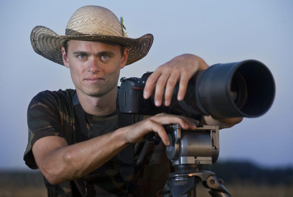 Pusztaszer, 2011. augusztus 24. Máté Bence természetfotós áll fényképezõgépe mellett Pusztaszer határában. A Spektrum Televízió sorozatot készít a magyar természetfotósról. MTI Fotó: Ujvári Sándor