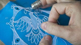 Kiskunhalas, 2012. április 12. Egy csipkevarrónõ kézi szövéssel díszít egy csipkemotívumot a kiskunhalasi Csipkeházban. A halasi csipkevarrás 2010-ben került fel a szellemi kulturális örökségvédelem magyar nemzeti jegyzékére. MTI Fotó: Ujvári Sándor