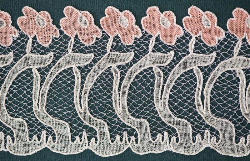 Kiskunhalas, 2012. április 19. Egy 1902-09 között Dékáni Árpád tervei alapján készített virágmotívumokat ábrázoló szecessziós mintadarab a XIII. Nemzetközi Csipkefesztiválon, a 110 éves a Halasi Csipke címû jubileumi kiállításon, a kiskunhalasi Csipkeházban. A halasi csipkevarrás 2010-ben került fel a szellemi kulturális örökségvédelem magyar nemzeti jegyzékére. MTI Fotó: Ujvári Sándor