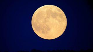 Somoskõújfalu, 2013. június 24. A Hold Somoskõújfalu közelébõl fotózva 2013. június 23-án. A Hold elliptikus pályának földközeli pontján tartózkodik, ezért 30 százalékkal fényesebbnek és 14 százalékkal nagyobbnak látszik, mint átlagosan. MTI Fotó: Komka Péter