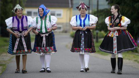 Rimóc, 2014. május 25. Palóc népviseletbe öltözött asszonyok érkeznek szavazatuk leadására a rimóci pogármesteri hivatalban kialakított 2-es számú szavazókörbe az európai parlamenti választáson 2014. május 25-én. MTI Fotó: Komka Péter