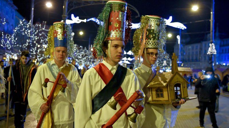 Debrecen, 2017. december 8. Résztvevõk a 27. nemzetközi betlehemes találkozó megnyitóján a debreceni Kossuth téren 2017. december 8-án. MTI Fotó: Czeglédi Zsolt