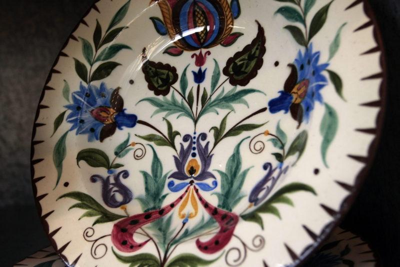 Budapest, 2009. február 10. Festett tányér a Hollóházi Porcelán Manufaktúra Zrt. üzemében, ahol hatvan év után újraindították a e termékcsoport gyártását. MTI Fotó: Vajda János