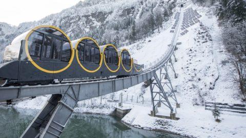 Stoos, 2017. december 15. A világ legmeredekebb pályájú siklója a svájci Stoos hegyi faluban 2017. december 15-én, az 52 millió svájci frankból (14 milliárd forintból) felépült turisztikai látványosság átadása napján. A legmeredekebb szakaszán 48 fokos dõlésszögû lejtõn haladó jármû 1750 méteres pályájának végpontjai között 744 méter a szintkülönbség. Az alatta levõ völgybõl, Schwyzbõl induló sikló a mintegy 150 állandó lakos napi közlekedését is biztosítja. A hordóalakú kabinok különlegessége, hogy az utasok mindvégig vízszintes padlózaton állnak. (MTI/AP/Keystone/Urs Flüeler)