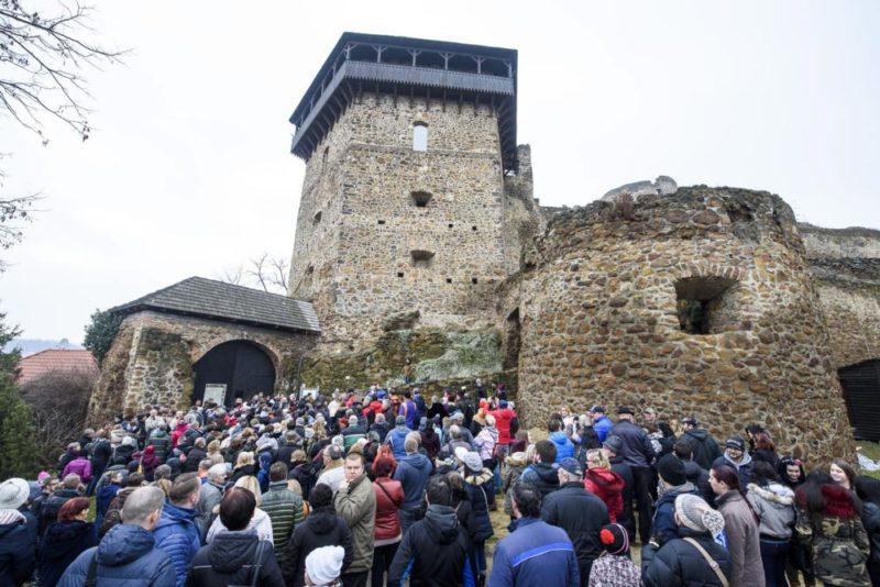 Fülek, 2018. január 6. Résztvevõk várakoznak a füleki várban rendezett újévi várséta elõtt 2018. január 6-án. Az érdeklõdõk elõször tekinthették meg a füleki várhegy alatt most feltárt, lámpákkal ideiglenesen megvilágított 65 és 25 méter hosszú folyosókat, amelyeket a kutatások szerint a második világháború során óvóhelynek készítettek, majd késõbb befalaztak. MTI Fotó: Komka Péter