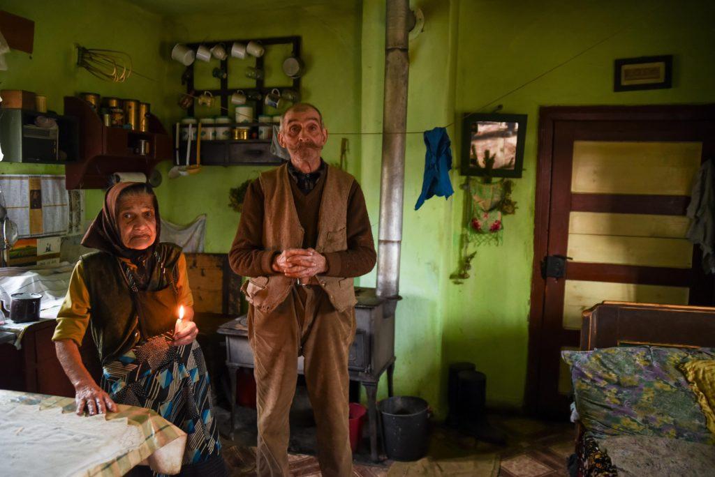 Csinód, 2018. január 9. Tankó Károly és felesége várják a házuk megszentelését elvégzõ papot és a kántort a Hargita megyei Csinódon 2018. január 8-án. MTI Fotó: Veres Nándor