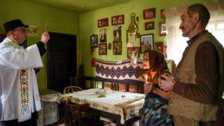 Csinód, 2018. január 9. Pál Vilmos Barna plébános megszenteli Tankó Károly és felesége házát a Hargita megyei Csinódon 2018. január 8-án. MTI Fotó: Veres Nándor