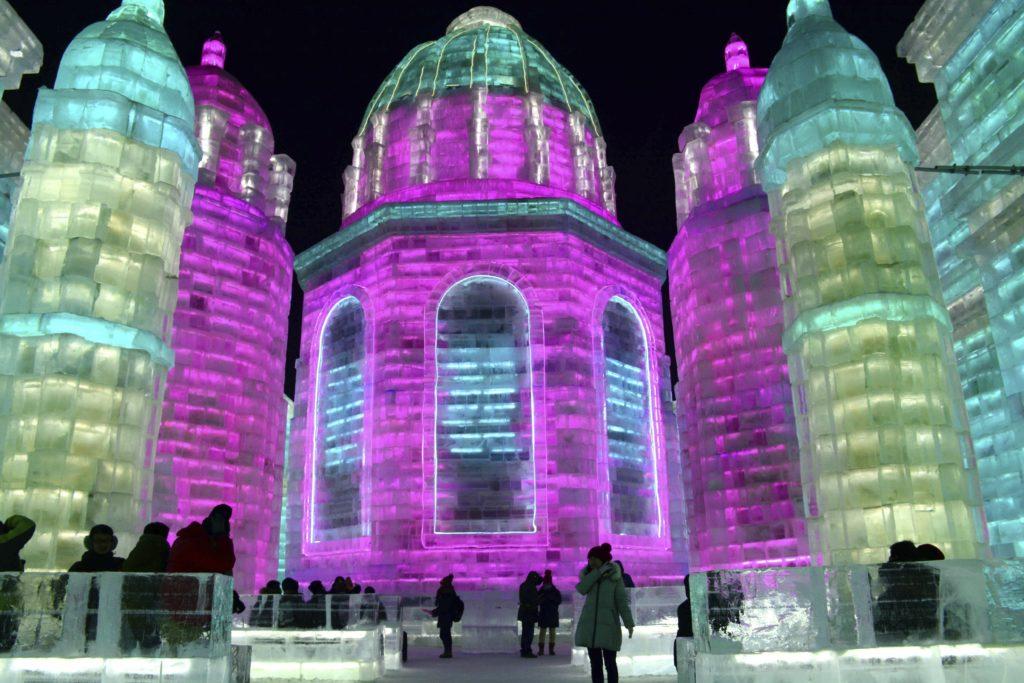 Harbin, 2018. január 3. A 34.  Harbini Nemzetközi Jég- és Hófesztivál jégbõl faragott épületei az északkelet-kínai Hejlungcsiang tartomány fõvárosában 2018. január 2-án, három nappal az egy hónapos esemény megnyitása elõtt. (MTI/AP/Chinatopix)