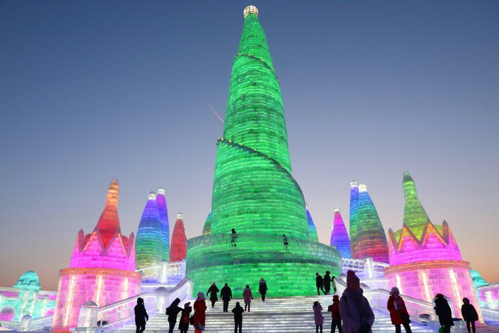 Harbin, 2018. január 4. Színes fényekkel megvilágított, jégbõl faragott építmények a 34. Harbini Nemzetközi Jég- és Hófesztivál megnyitója elõtti napon az északkelet-kínai Hejlungcsiang tartomány fõvárosában 2018. január 4-én. A 800 ezer négyzetméteren elterülõ alkotások létrehozásához 180 ezer köbméter jeget és 150 ezer köbméter havat használtak fel. (MTI/EPA/Vu Hong)