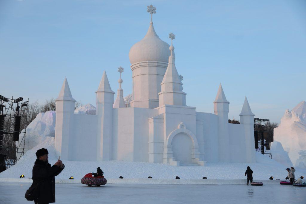Harbin, 2018. január 5. Hóból megmintázott épület a 34. Harbini Nemzetközi Jég- és Hófesztiválon az északkelet-kínai Hejlungcsiang tartomány fõvárosában 2018. január 5-én, a megnyitás napján. (MTI/EPA/Vu Hong)