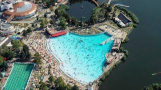 Hajdúszoboszló, 2017. augusztus 17. Fürdõzõk a Hajdúszoboszlói Gyógyfürdõ strandján. A pihenni, szórakozni vágyókat 13 medence 13.000 négyzetméternyi vízfelülete várja az Aquapark szolgáltatásai mellett.                                  MTVA/Bizományosi: Oláh Tibor  *************************** Kedves Felhasználó! Ez a fotó nem a Duna Médiaszolgáltató Zrt./MTI által készített és kiadott fényképfelvétel, így harmadik személy által támasztott bárminemû – különösen szerzõi jogi, szomszédos jogi és személyiségi jogi – igényért a fotó készítõje közvetlenül maga áll helyt, az MTVA felelõssége e körben kizárt.
