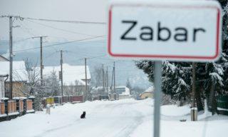 Zabar, 2013. február 11. Helységnévtábla Zabar határában, a Béke úton 2013. február 11-én. A Nógrád megye északkeleti határán, a Medves-fennsík peremén fekvõ település olyan felszíni mélyedésben, fagyzugban helyezkedik el, amelybe minden oldalról beáramlik a lehûlt levegõ. Zabar és környéke az ország leghidegebb téli középhõmérsékletû területe. MTI Fotó: Komka Péter