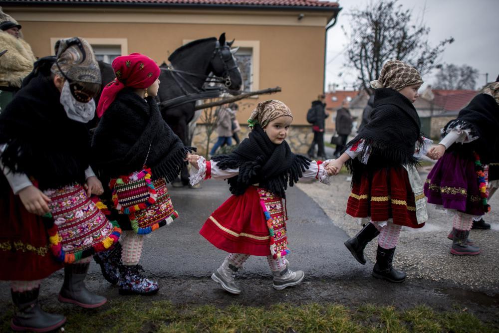 Mohács, 2018. február 8. Sokác népviseletbe öltözött lányok a mohácsi busójárás elsõ napján, 2018. február 8-án. Az UNESCO szellemi kulturális örökségeinek listájára felkerült népszokás idei rendezvényein 49 busócsoport 1350 busója és egyéb maskarása vesz részt, a kiemelt rendezvényekre legalább 80-100 ezer látogatót várnak. MTI Fotó: Sóki Tamás