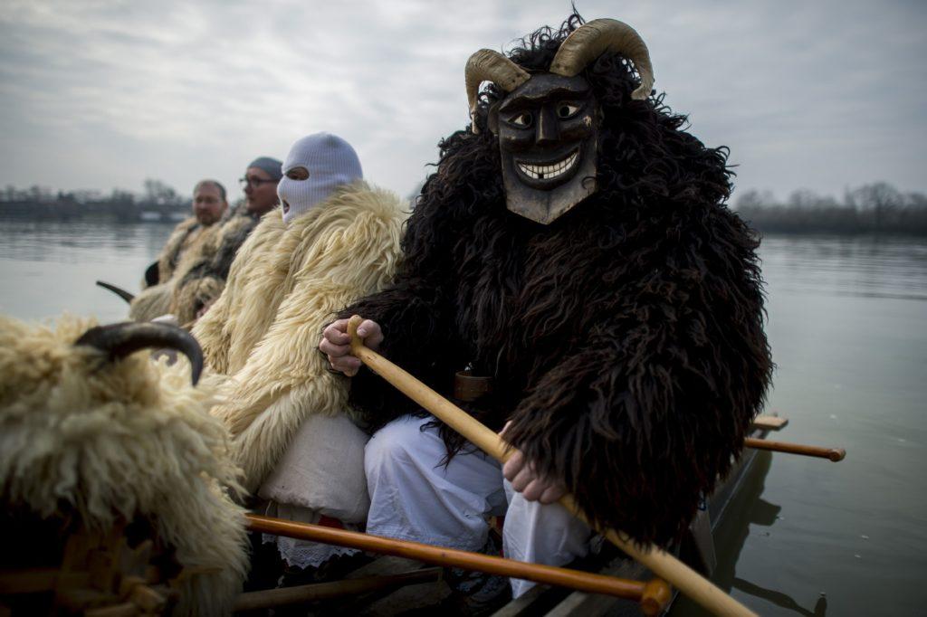 Mohács, 2018. február 11. Busók készülnek a dunai átkeléshez a mohácsi busójárás negyedik napján, 2018. február 11-én. MTI Fotó: Sóki Tamás