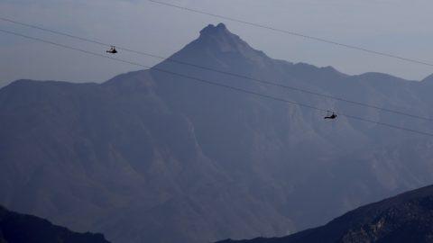 Rász el-Haima, 2018. február 2. A Dzsebel Dzsaisz-hegyrõl, az Egyesült Arab Emírségek legmagasabb, 1934 méteres hegyérõl siklanak le a világ leghosszabb, 2,83 kilométeres átcsúszó kötélpályáján Rász el-Haimától 25 kilométerer északra 2018. január 31-én. A Guinness Világrekordok által hitelesített hosszúságú pálya február 1-jén nyílt meg. (MTI/AP/Kamran Dzsebreili)