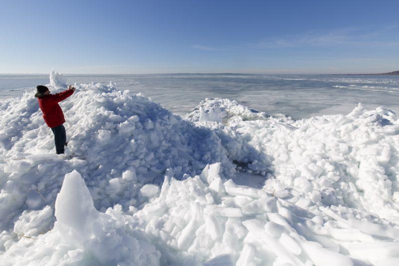 Szigliget, 2018. március 11. Az erõs széltõl összetorlódott, olvadó jégtáblák a Balaton partján, Szigligetnél 2018. március 11-én. MTI Fotó: Varga György